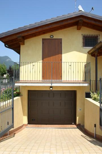 Portoni sezionali residenziali ed industriali b b system for Garage gdn auto